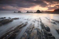 Fantastisk soluppgång över den Gueirua stranden Asturias Arkivbilder