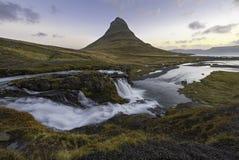 Fantastisk soluppgång överkanten av den Kirkjufellsfoss vattenfallet med Kirkju Fotografering för Bildbyråer