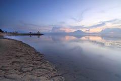 Fantastisk soluppgång i den Sanur stranden, Bali, Indonesien Arkivfoto
