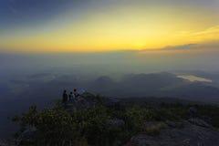 Fantastisk soluppgång och berg Arkivbild