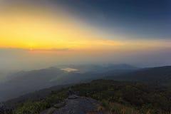Fantastisk soluppgång och berg Arkivfoton