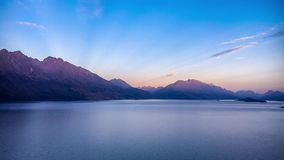 Fantastisk soluppgång på sjön Wakatipu i Nya Zeeland lager videofilmer