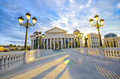 Fantastisk soluppgångsikt av det Macedonian arkeologiska museet i Skopje Royaltyfria Bilder