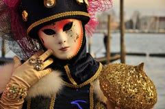 Fantastisk stående av maskerade kvinnor i den venice karnevalet Arkivfoton