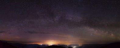 Fantastisk stjärnanatt med den mjölkaktiga vägen Royaltyfria Foton