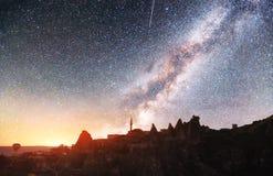 Fantastisk stjärnklar himmel och majestätiska berg i den dramatiska härliga morgonen för mist Hösten landskap Artighet av NASA royaltyfria foton