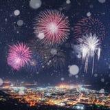 Fantastisk stjärnklar himmel och Vintergatan över staden härligt royaltyfri bild