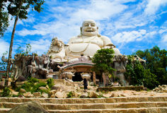 Fantastisk stor buddha staty på kamberget Vietnam Arkivfoton
