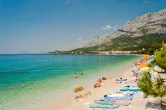 Fantastisk strand med folk i Tucepi, Kroatien Fotografering för Bildbyråer