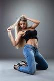 fantastisk svart jeans som poserar den sexiga kvinnan Royaltyfria Foton
