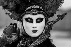 Fantastisk svartvit stående med den venetian maskeringen under den venice karnevalet Royaltyfri Fotografi