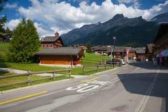 Fantastisk träbyggnad i Les Diablerets, Schweiz Royaltyfri Fotografi