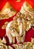 Fantastisk träsniden elefant på dörren av kyrkan Royaltyfri Bild