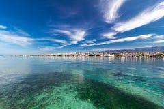 Fantastisk turkossikt av staden av Novalja, Pag-ö, Kroatien royaltyfri bild