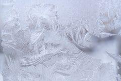 Fantastisk utsmyckad frostig modell på vinterfönsterexponeringsglas royaltyfri foto