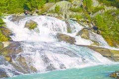 Fantastisk vattenfall i de Altai bergen royaltyfria foton