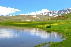 Fantastiska berg, oerhört landskap och lägerliv royaltyfri bild