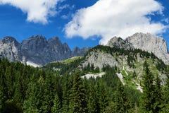 Fantastiska berg som är sceniska i fjällängarna Österrikiska loppdestinationsKaiser berg, Wilder Kaiser kedja, Tyrol Arkivfoton