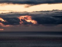 Fantastiska dynamiska stormmoln på solnedgången royaltyfria bilder
