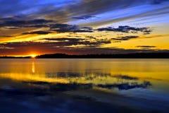 Fantastiska färger av solnedgången. Sjö Pongomozero, norr Karelia, arkivbild