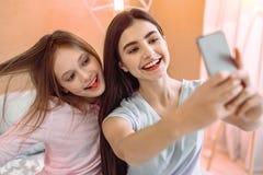 Fantastiska flickor som gör selfiefotoet på deras grej fotografering för bildbyråer