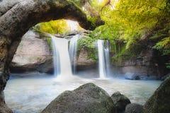 Fantastiska härliga vattenfall i djup skog arkivfoto