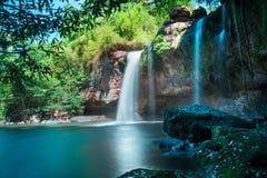 Fantastiska härliga vattenfall i djup skog på den Haew Suwat vattenfallet i den Khao Yai nationalparken arkivbild