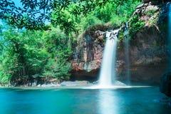 Fantastiska härliga vattenfall i djup skog på den Haew Suwat vattenfallet i den Khao Yai nationalparken arkivbilder