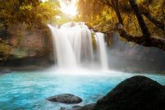 Fantastiska härliga vattenfall i tropisk skog på Haew Suwat Wa royaltyfri fotografi