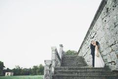 Fantastiska lyckliga försiktiga stilfulla härliga romantiska caucasian par på den forntida barocka slotten för bakgrund Arkivbilder