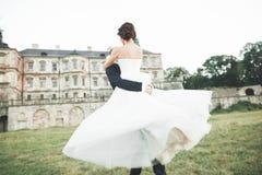 Fantastiska lyckliga försiktiga stilfulla härliga romantiska caucasian par på den forntida barocka slotten för bakgrund Royaltyfri Foto