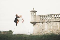Fantastiska lyckliga försiktiga stilfulla härliga romantiska caucasian par på den forntida barocka slotten för bakgrund arkivfoton