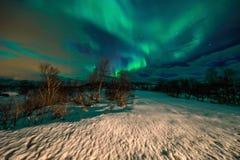 Fantastiska mångfärgade Aurora Borealis vet också som nordliga ljus i natthimlen över det Lofoten landskapet Royaltyfri Foto