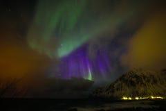 Fantastiska mångfärgade Aurora Borealis vet också som nordliga ljus i natthimlen över det Lofoten landskapet, Norge, Skandinavien arkivfoton