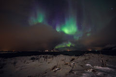 Fantastiska mångfärgade Aurora Borealis vet också som nordliga ljus i natthimlen över det Lofoten landskapet, Norge, Skandinavien royaltyfri bild