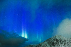 Fantastiska pittoreska unika nordliga ljus Aurora Borealis Over L Royaltyfria Bilder