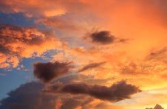 Fantastiska röda illavarslande moln för solnedgång och för mörker arkivfoton