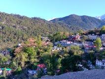 Fantastiska stadssikter med berget Fotografering för Bildbyråer