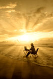 Fantastiska strålar av ljust av kvinnastudien på strand Arkivfoton