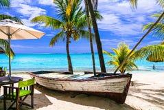 Fantastiska tropiska ferier Strandrestaurang med det gamla fartyget Mauri royaltyfri bild