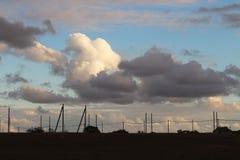 Fantastiska visuella former av moln över bosättningen Royaltyfria Foton