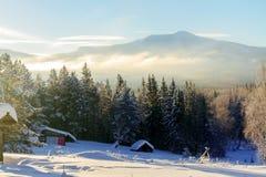 Fantastiskt berg på soluppgång i vinter arkivfoton