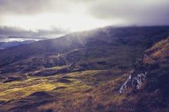 Fantastiskt berglandskap ovanför molnen Arkivfoto