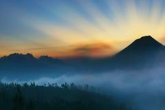 Fantastiskt berglandskap på soluppgång royaltyfri bild
