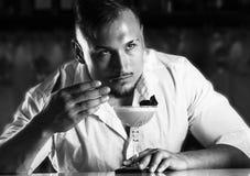 Fantastiskt charma bartendern tycker om aromen av nytt ett p arkivfoto