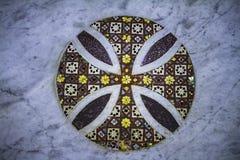 Fantastiskt dekorativt färgrikt historiskt mosaikslut upp på en marmorvägg med runda bevekelsegrunder royaltyfri fotografi