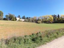 Fantastiskt fält med den gamla drevstationen arkivfoton