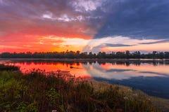 Fantastiskt färgrik solnedgång Arkivbild