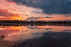 Fantastiskt färgrik solnedgång Arkivfoto