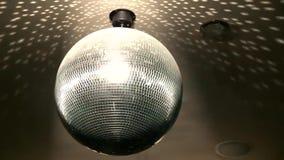 Fantastiskt festligt ljust färgrikt spegelförsett skraj rotera för belysning för lampa för garnering för tak för nattklubb för di arkivfilmer